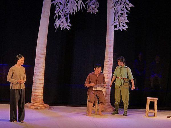 """Cảnh vở """"Bạch đàn liễu"""" diễn sáng 30.9 tại rạp Đại Nam (Hà Nội). Ảnh: VV"""