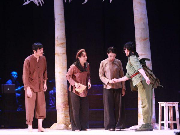 Bối cảnh chính của vở kịch là một làng quê nông thôn Bắc Bộ vào năm 1968. Ảnh Q.P